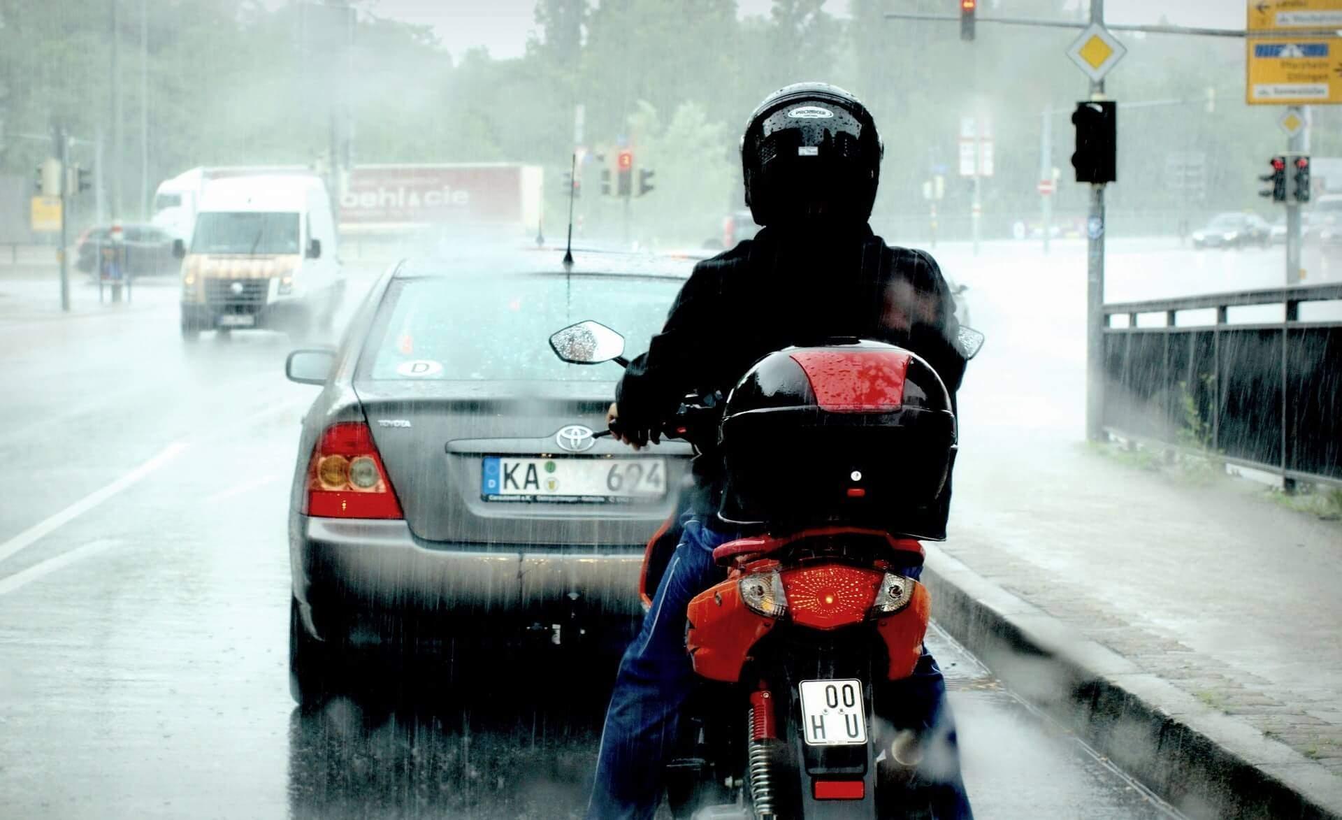 conducir en moto con lluvia